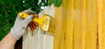Как покрасить деревянный забор надолго дешево?