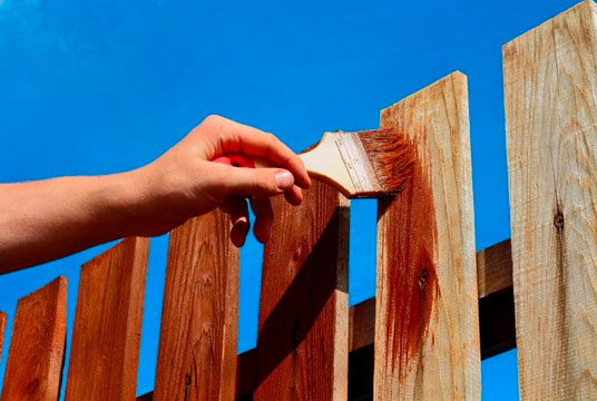 Какой краской красить деревянный забор