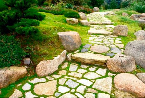 Дорожка из каменных плит
