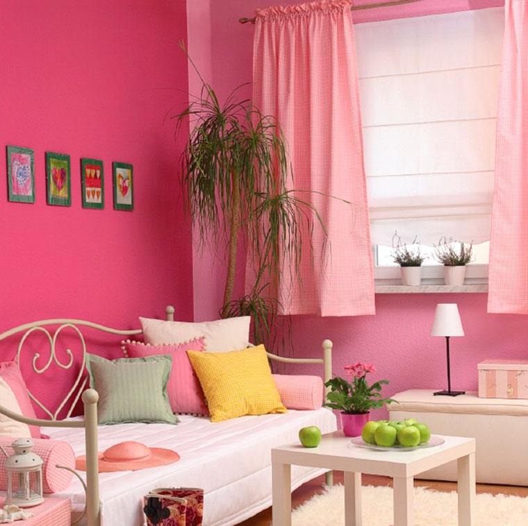 К розовым обоям подойдут розовые, белые, желтые и серые шторы