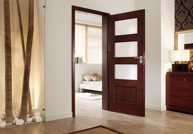 фото светлых дверей и темного пола