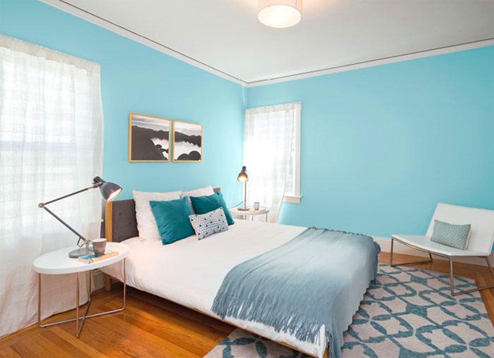Голубой в спальне