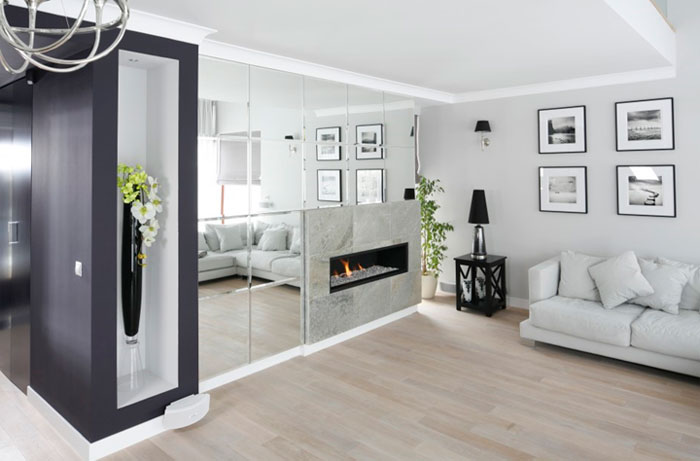 Зеркала в интерьере гостиной над диваном
