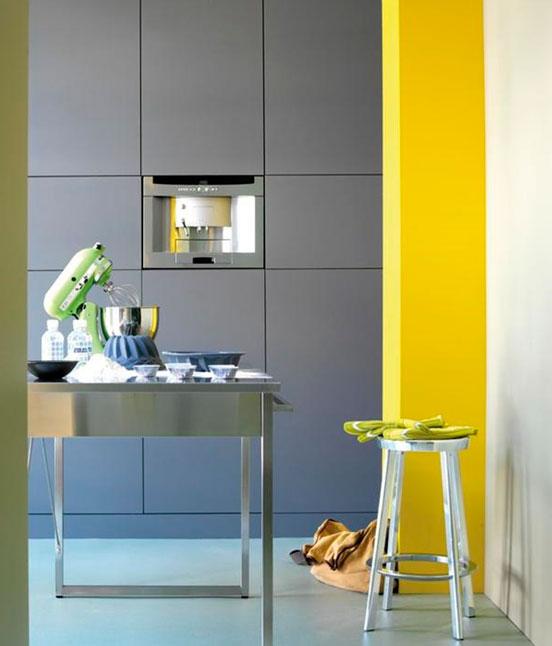 Интерьер кухни – цвет стен в сильных тонах