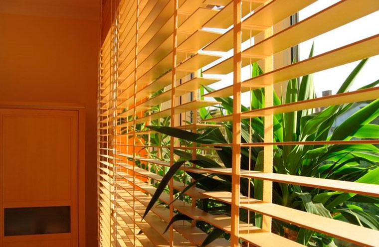 Жалюзи на балкон – какие лучше