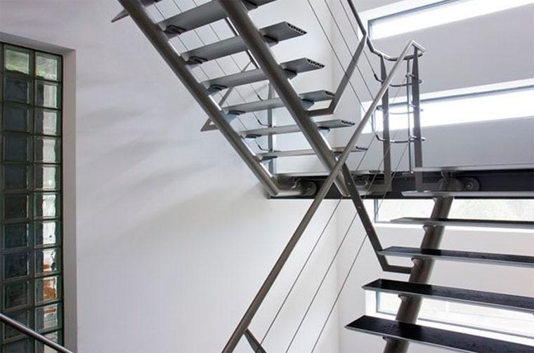 Преимущества и недостатки металлической лестницы