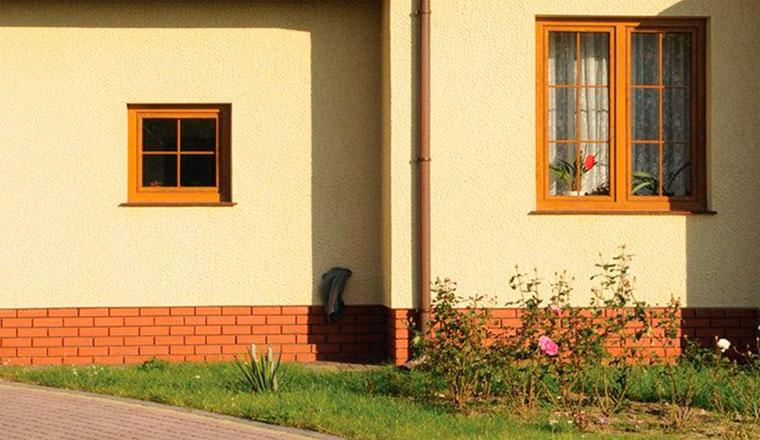 Цоколь дома из керамической плитки и клинкера