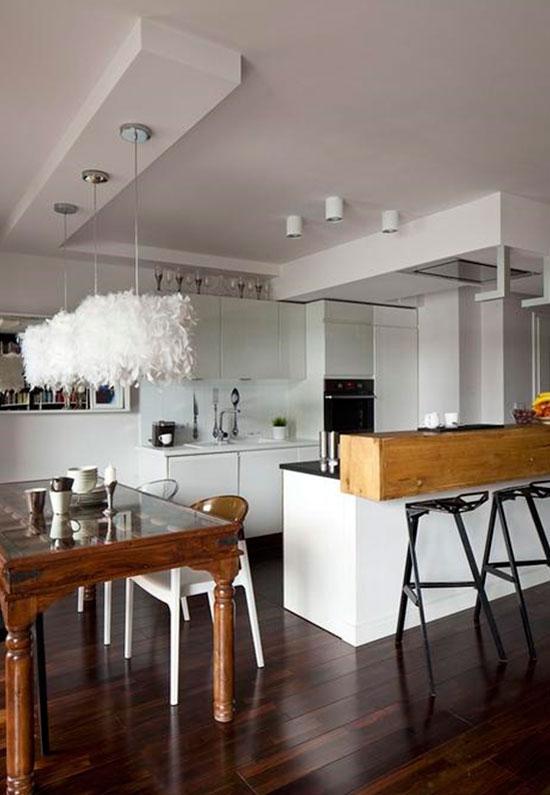 Die Kombination Aus Holz Und Glas Gibt Ein Sehr Interessantes Modell Der  Tische Und Möbel Für Wohnräume, Die Zu Dem Innenraum Angepasst Sind.