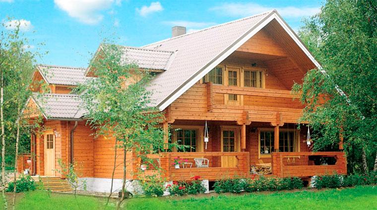 Дом из бруса в окружении природного ландшафта