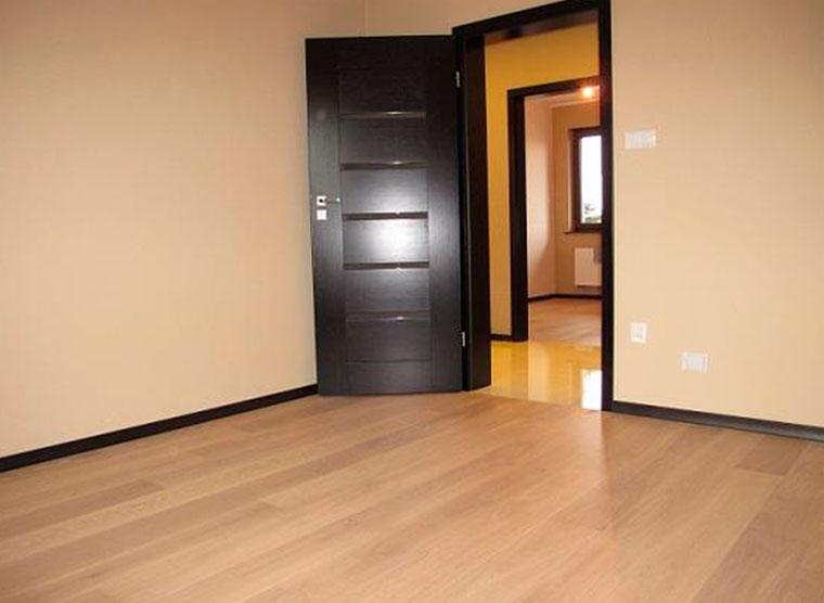 Темные двери – какой выбрать пол?