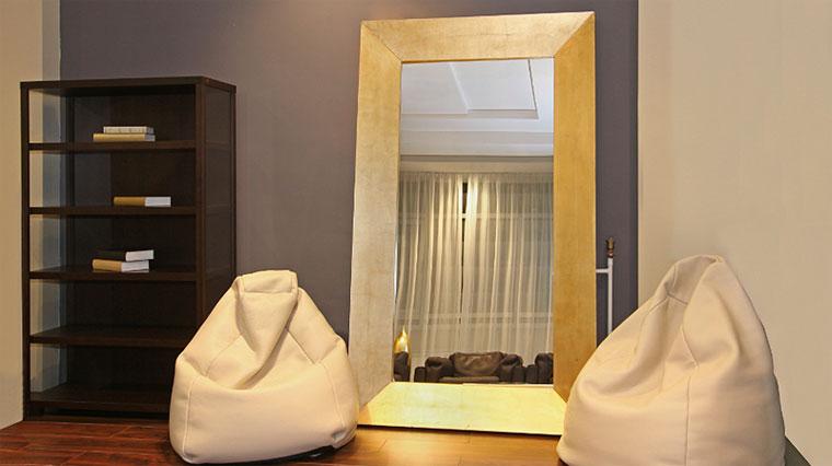 Настенное зеркало в спальне или в гостиной