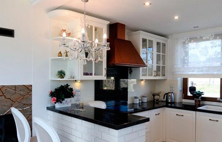 Кухня в английском стиле с гламурными нотками