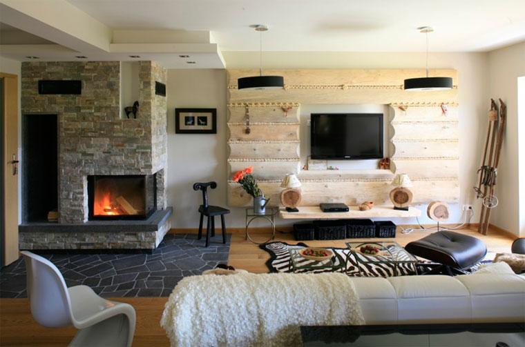 Дизайн гостиной с камином в деревянном доме – фото