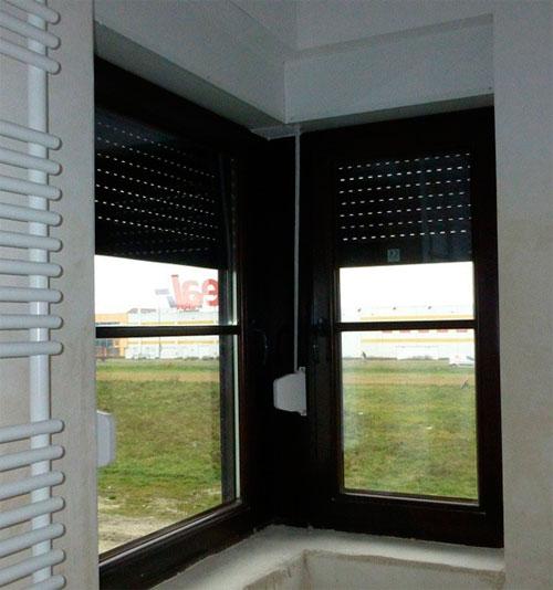 Фото – два угловых деревянных стеклопакета в ванной комнате