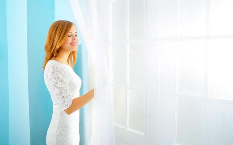 Декор окна – тонкие нежные шторы и занавески