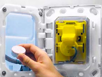 решения, которые позволяют размещать освежающие кубики для смывного бачка