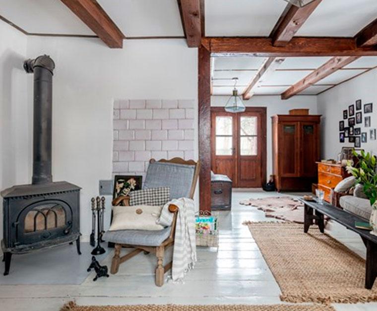 Интерьер комнаты с камином – фото