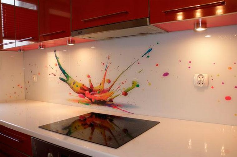 Стеклянные панели на кухню вместо плитки – фото