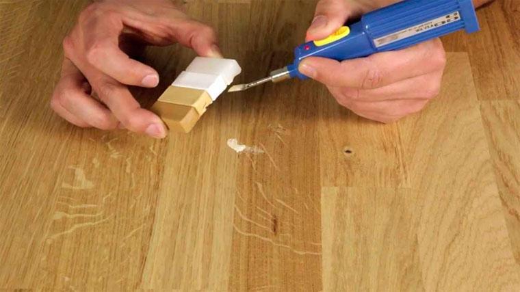Как убрать царапину с паркета видео