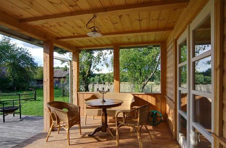Полуоткрытая веранда в частном доме, дизайн – фото