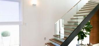 Стеклянное ограждение для лестницы деревянной и металлической – фурнитура и крепленеия, фото