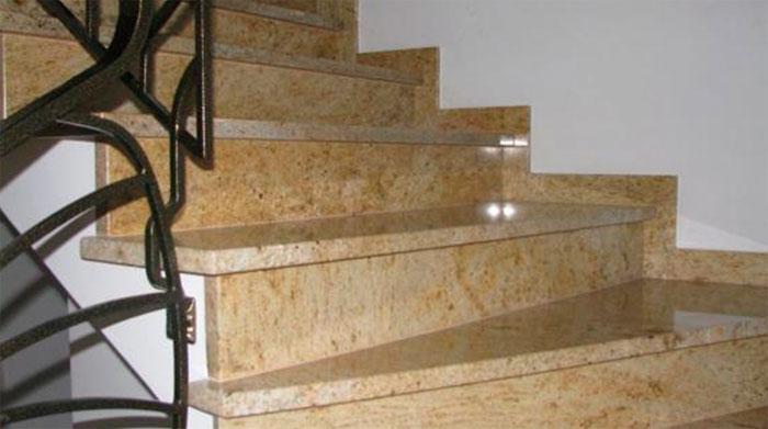 Каменная лестница в интерьере загородного дома – фото