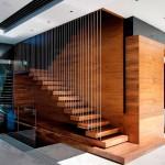 Лестница в загородном доме на второй этаж