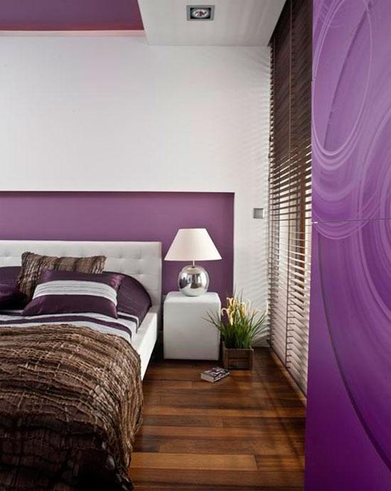 Фото. Спальня в темно-фиолетовом цвете с темным полом и белыми добавками