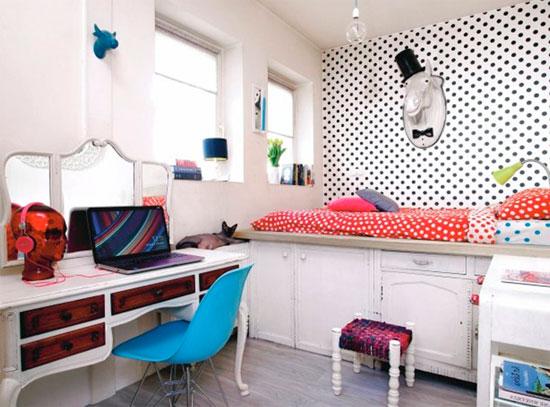 Спальный гарнитур и кровать с пьедесталом для маленькой спальни – фото