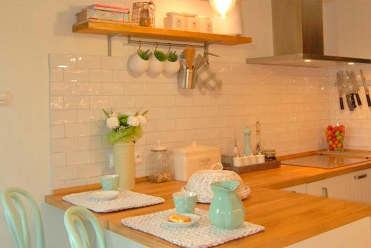 Полочки для кухни на стену – фото интересных идей