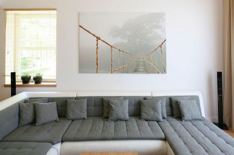 Серый диван в современной гостиной