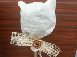 Белое агроволокно, связанное декоративной лентой