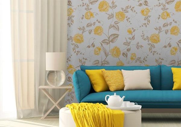 желтые обои с цветами в интерьере