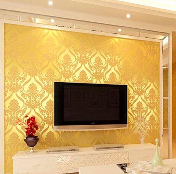 Светло-желтые обои в интерьере гостиной, фото