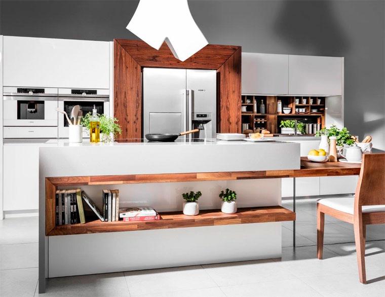 Интерьер кухни в белом цвете с коричневыми акцентами, фото