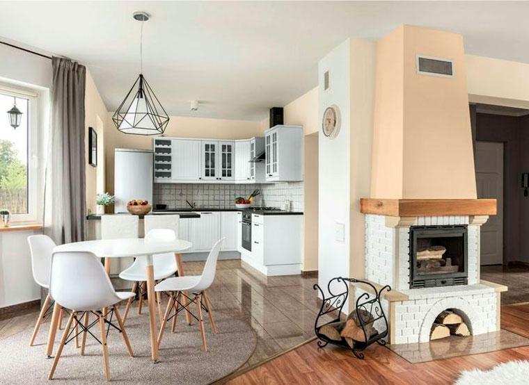 Кухня в белом цвете и обои бежевого или песочного цвета
