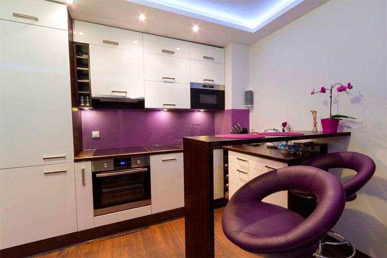 Кухня гостиная в белом цвете и яркие стены, фото