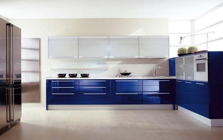 Дизайн кухни белого и синего цвета