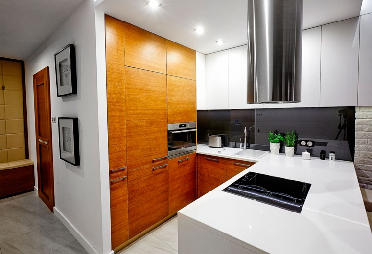 Сочетание деревянных фасадов со светлой столешницей и навесными шкафами в современном интерьере, фото