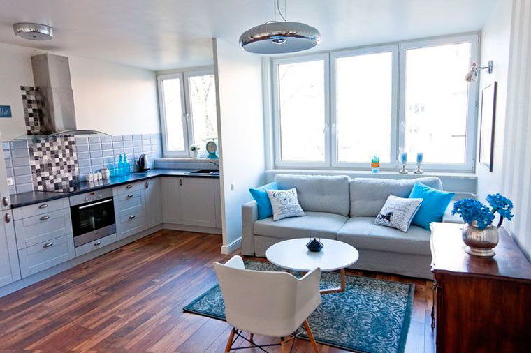 Зонирование и расстановка мебели в зале с двумя окнами, фото
