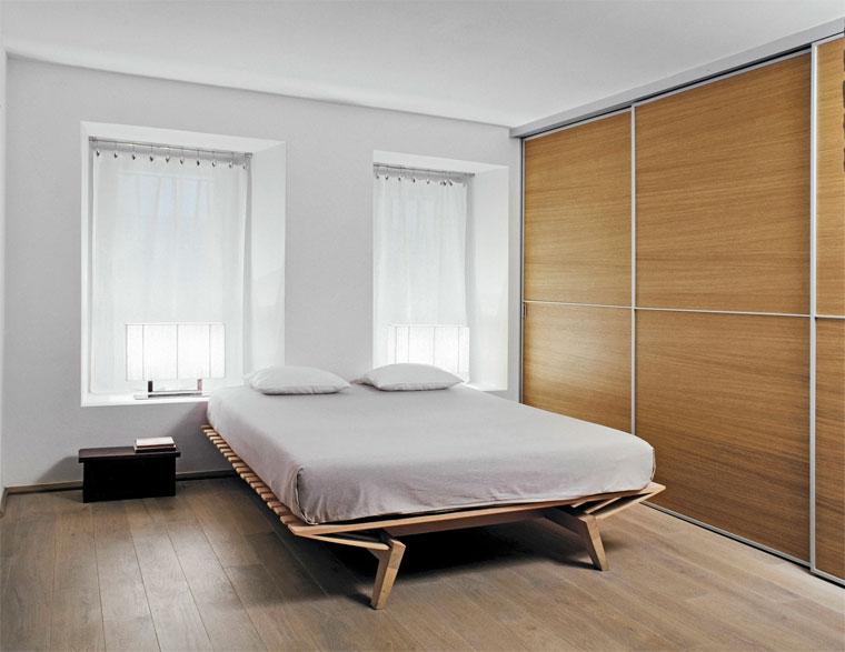 установка кровати между двумя окнами