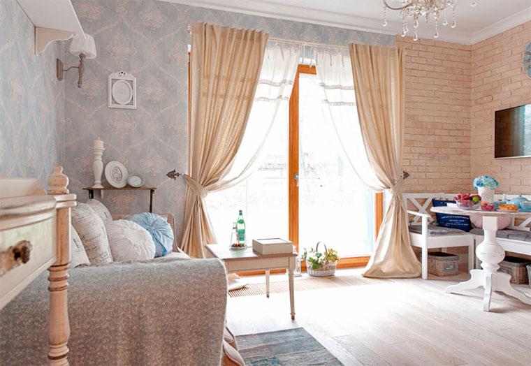 Обои в стиле барокко на одной из стен гостиной, фото