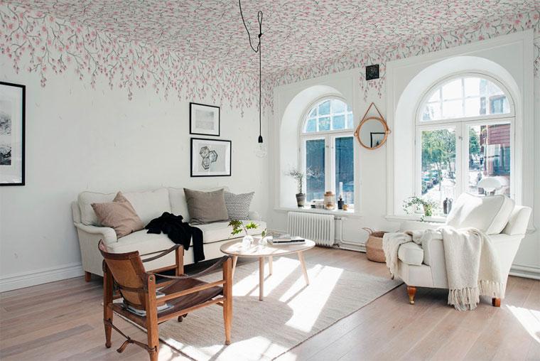 Оригинальный декор потолка обоями в цветочек, фото