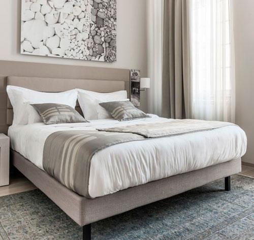 светло-серая мебель в сочетании с серыми добавками