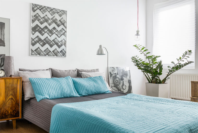 Спальня в серо-бирюзовых тонах, фото