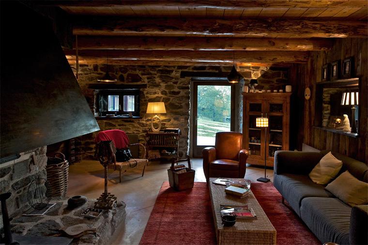 Гостиная в стиле шале в темных тонах, фото