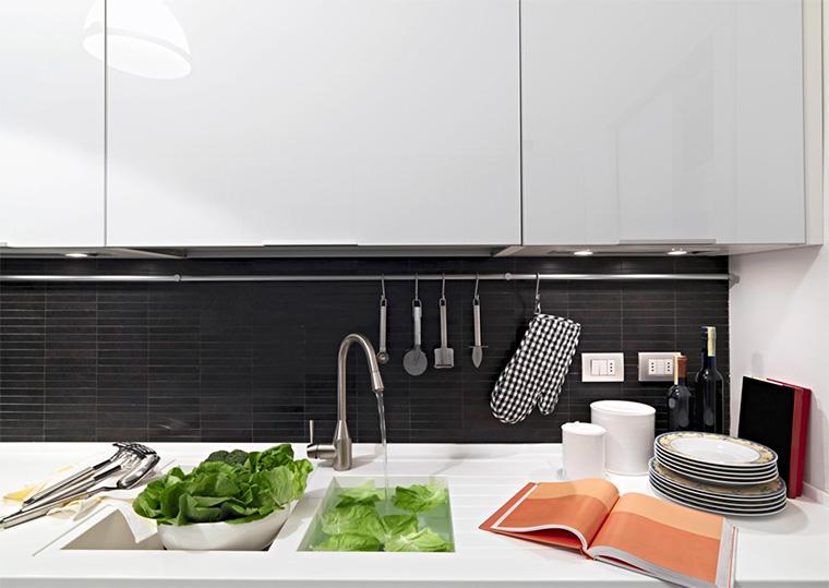 Навесные аксессуары для кухни на рейлинги – варианты использования