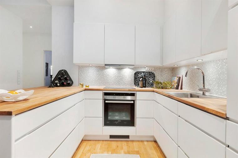 Белая кухня с деревянной столешницей – минимализм