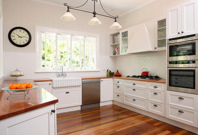 Тонкая композиция – белая кухня с деревянной столешницей, фото