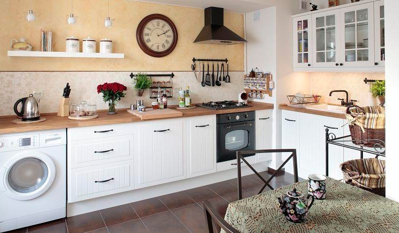 Классическая белая кухня с деревянной столешницей, фото